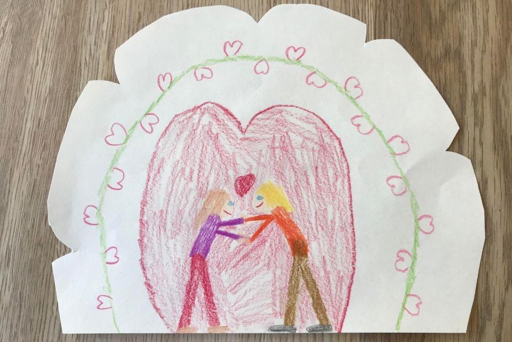 Vom Kind mit Buntstiften gezeichnetes Bild mit einem Elternteil und einem Kind, die sich die Hände reichen. Ein Herz ist zwischen ihnen und sie stehen vor einem Herz-Hintergrund. 5 Schritte, wie du im Alltag mit deinem Kind Verbindung schaffen kannst.
